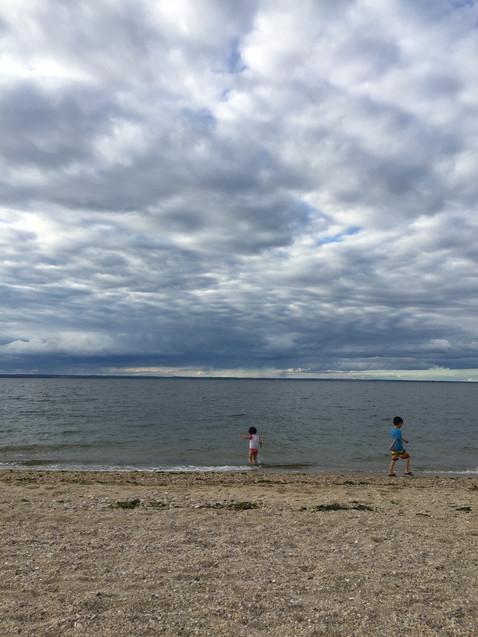 子供2人連れてギュードライブ。海に到着しました