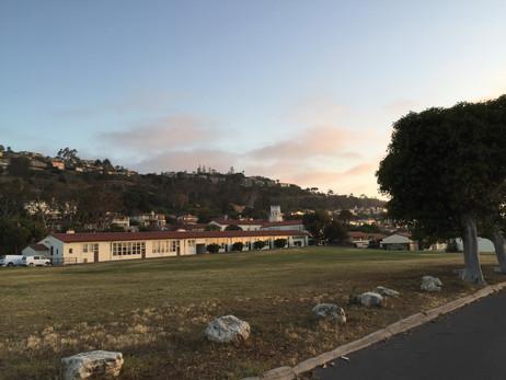 また車を停めて、太陽が落ち終わるまで待機。後ろには学校?海を眺める学校か~