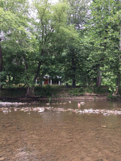 川から見た小屋