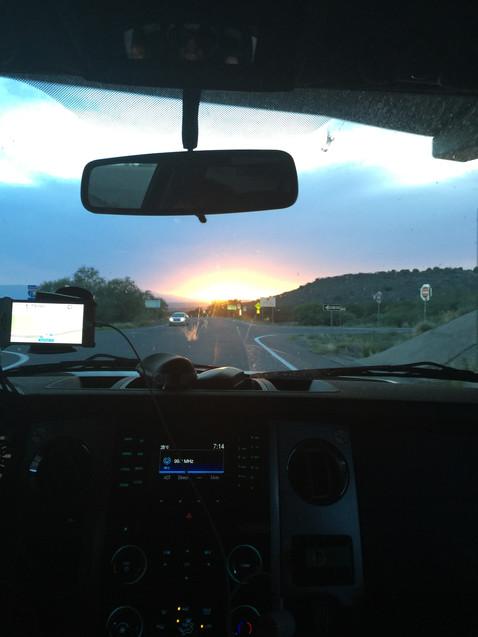 太陽が沈まないうちに、赤茶の山を一瞬でも見たい!