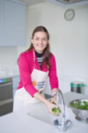 Frau_Neunzig_Gemüse_waschen.jpg
