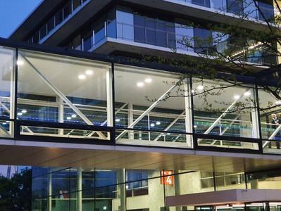 Universitätsklinikum Düsseldorf leuchtet in blau und lila für die Huntington-Krankheit
