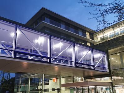 Schönes Bild des beleuchteten Universitätsklinikums Düsseldorf