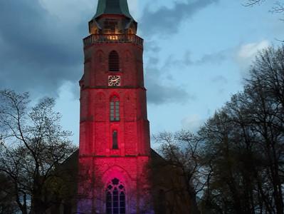 Bilder der beleuchteten Donatus-Kirche in Aachen