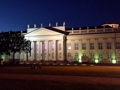 Finale: Fridericianum Kassel leuchtet am 31. Mai nochmal in blau und lila für Huntington!