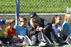 Andrea helps children on the tennis court