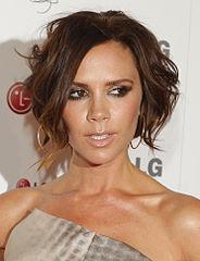 La  chanteuse, danseuse, styliste, designer et femme d'affaires Victoria Beckham a beaucoup souffert du harcèlement scolaire. Cela fait 18 ans qu'elle est mariée à David Beckham et ils ont quatre enfants.