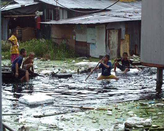 Un quartier pauvre de Bangkok à la saison des pluies