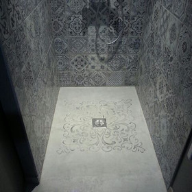 Fond de douche en beton ciré et dessin en relief toujours en béton ciré
