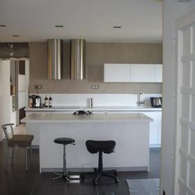 mur de cuisine en béton ciré