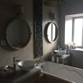 Plan de vasque et tablier de baignoire en béton ciré