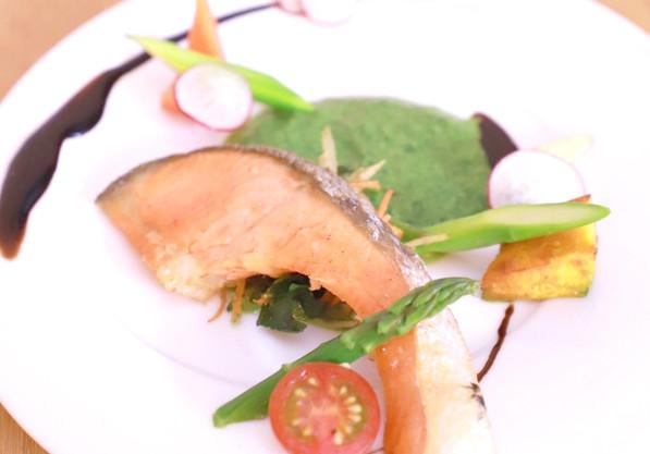 鮭のソテーほうれん草のソース