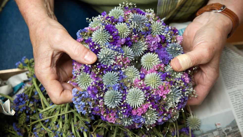 Blumenkranz mit Kugeldisteln