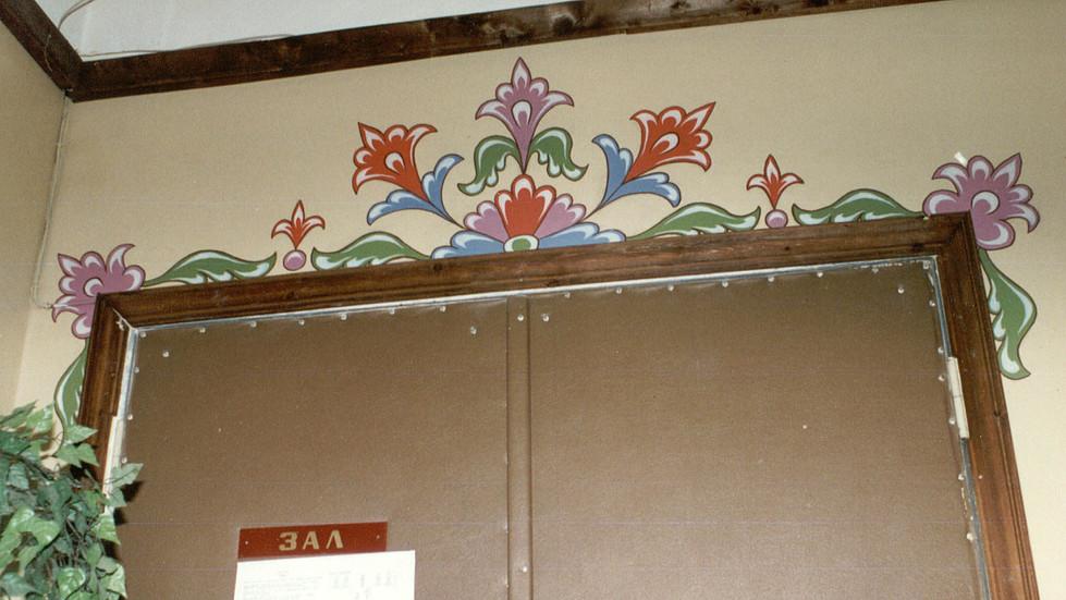 Роспись над входом в актовый зал
