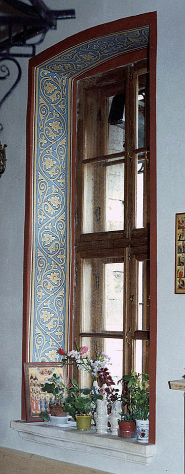Орнамент на откосах окна в приделе