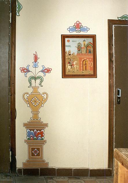 Картина и роспись у входа в актовый зал