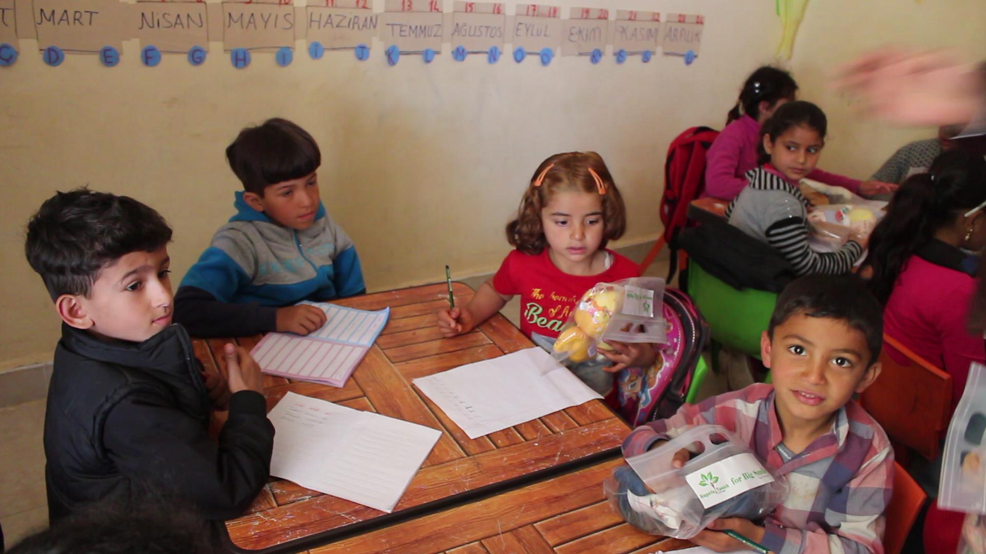 シリア難民の一時的教育クラスを訪問して配布