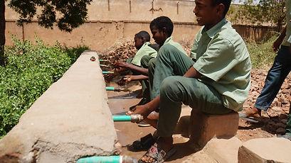 楽しそうに手足を洗う男の子達