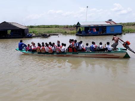 水上に浮かぶ学校、ボートで登校する子ども達
