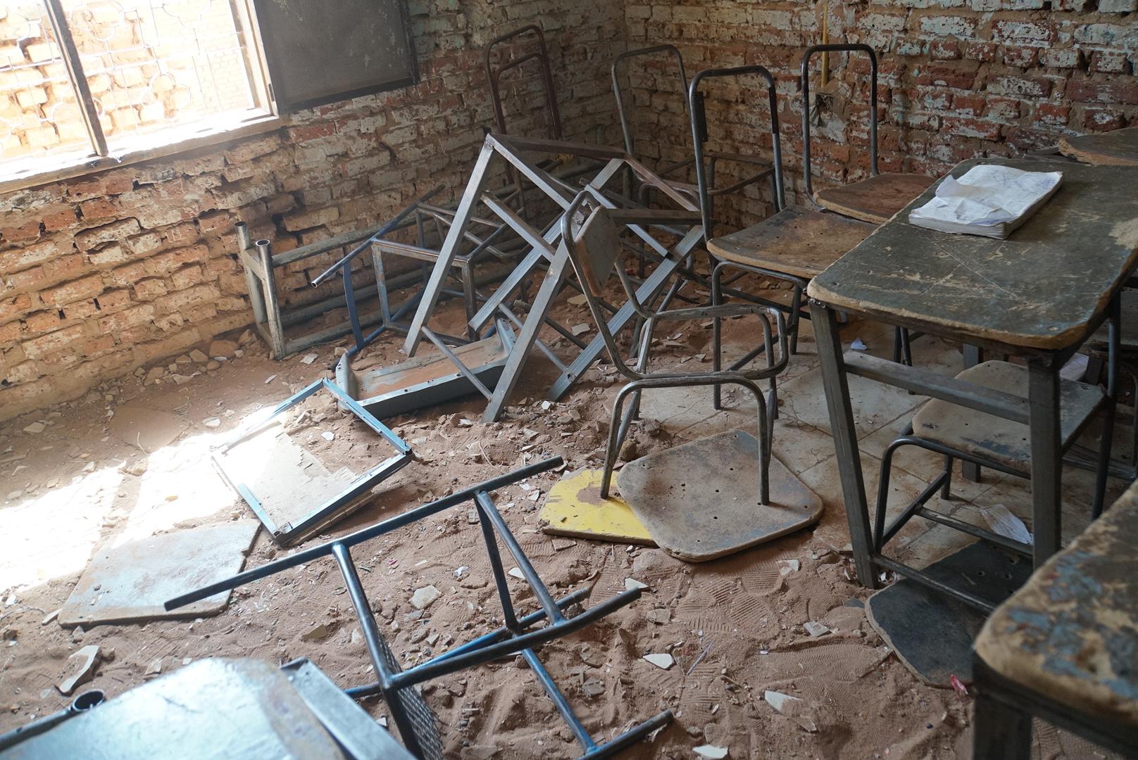 鉄枠だけ残っている学校の机や椅子