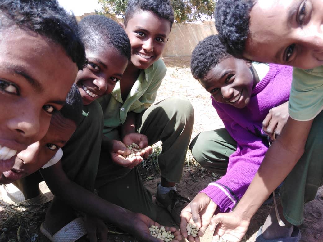 無事収穫でき笑顔の生徒達