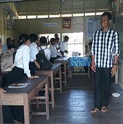 小中学校で勉強する子ども達