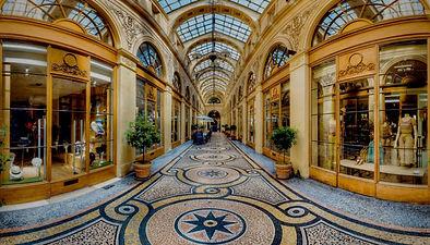 Au départ de la place de la Bourse, partez à la conquête des petits secrets du 2ème arrondissement de Paris... Les mystérieuses histoires de ce quartier pourtant si connu se révèleront à vous au fil de la balade. Jusqu'aux Grands Boulevards, laissez-vous guider par nos anecdotes qui vous feront découvrir ce célèbre quartier au travers d'une balade ludique dans le 2ème arrondissement comme vous ne l'aviez jamais imaginé !