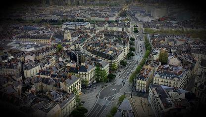 Au fil des siècles, Nantes s'est construite et affirmée : suivez les traces de ses commerçants et de ses habitants pour retrouver la Nantes passée, de l'ancienne capitale bretonne à la ville portuaire.  A travers cette balade ludique à Nantes, énigmes et anecdotes s'entremêlent pour vous faire découvrir ou redécouvrir la ville.