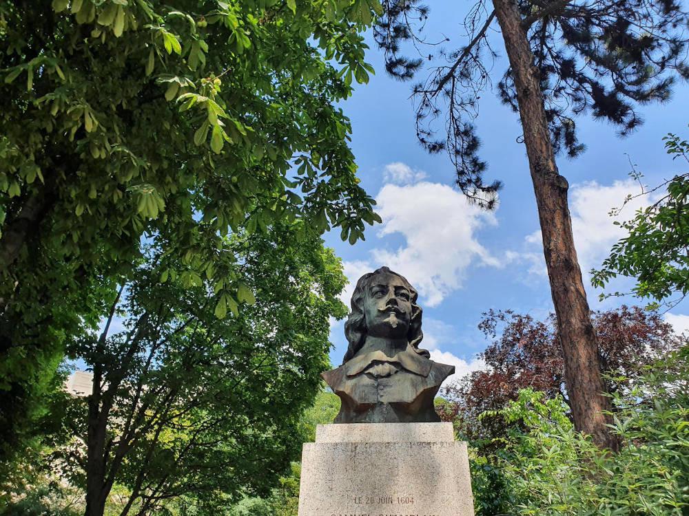 Découverte ludique au jardin de la Nouvelle France avec la statue de Samuel Champlain