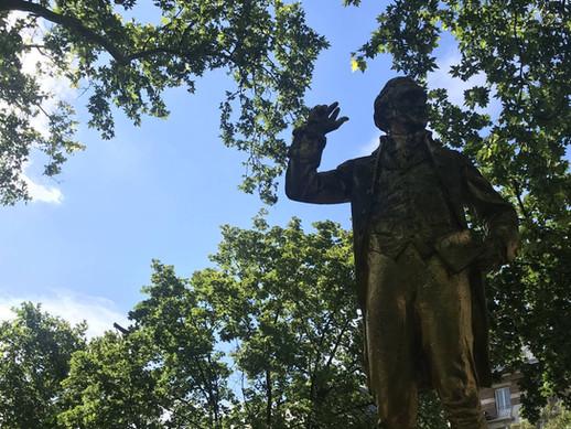 Statue à Paris pendant une enquête touristique