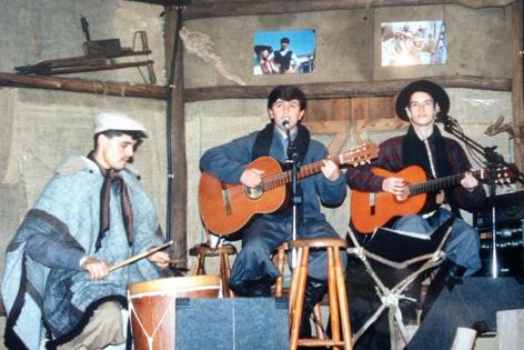Músicos no antigo palco do Paiol
