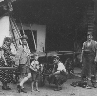 Vor der Schilcher Schmiede anno 1936.jpg