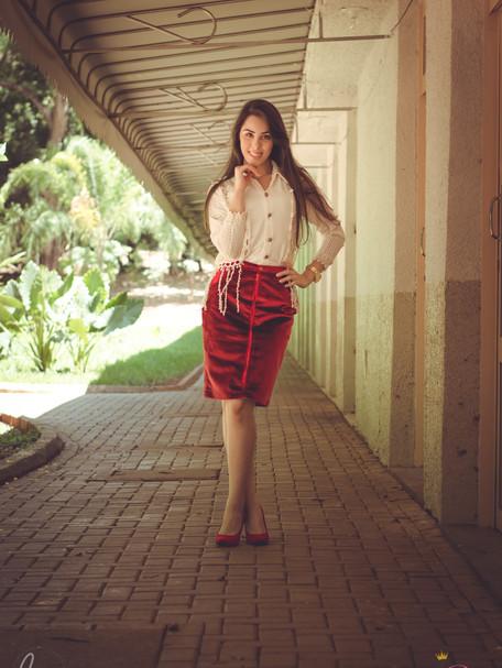 Look com saia de veludo e blusa rendada