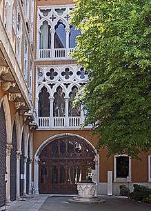 Palazzo-Cavalli-Franchetti-giardino 2.jp