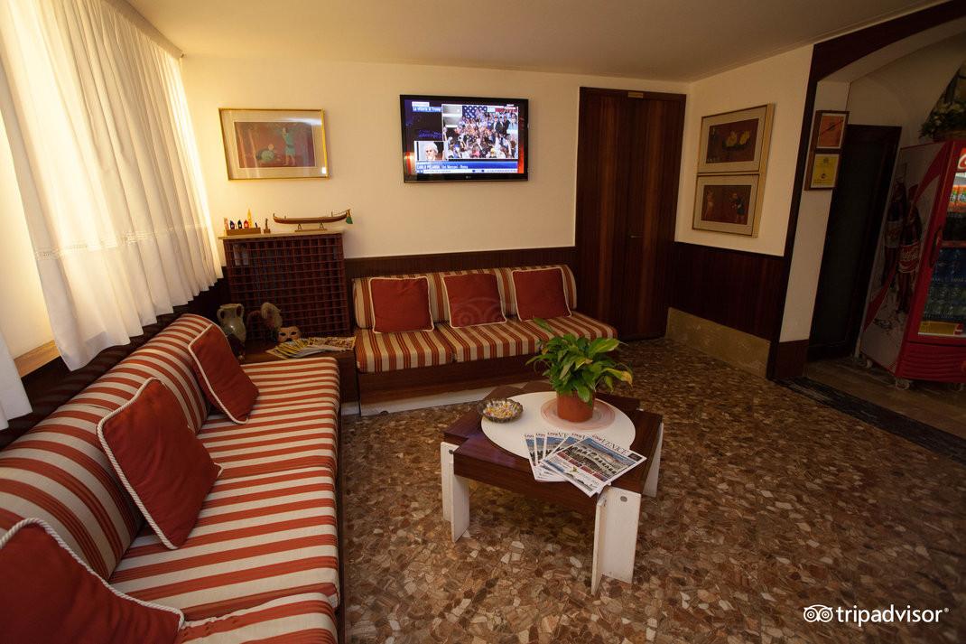 lobby--v15050176.jpg