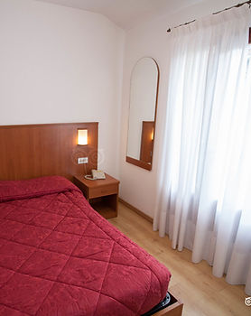 double-room-with-french-bed--v150.jpg