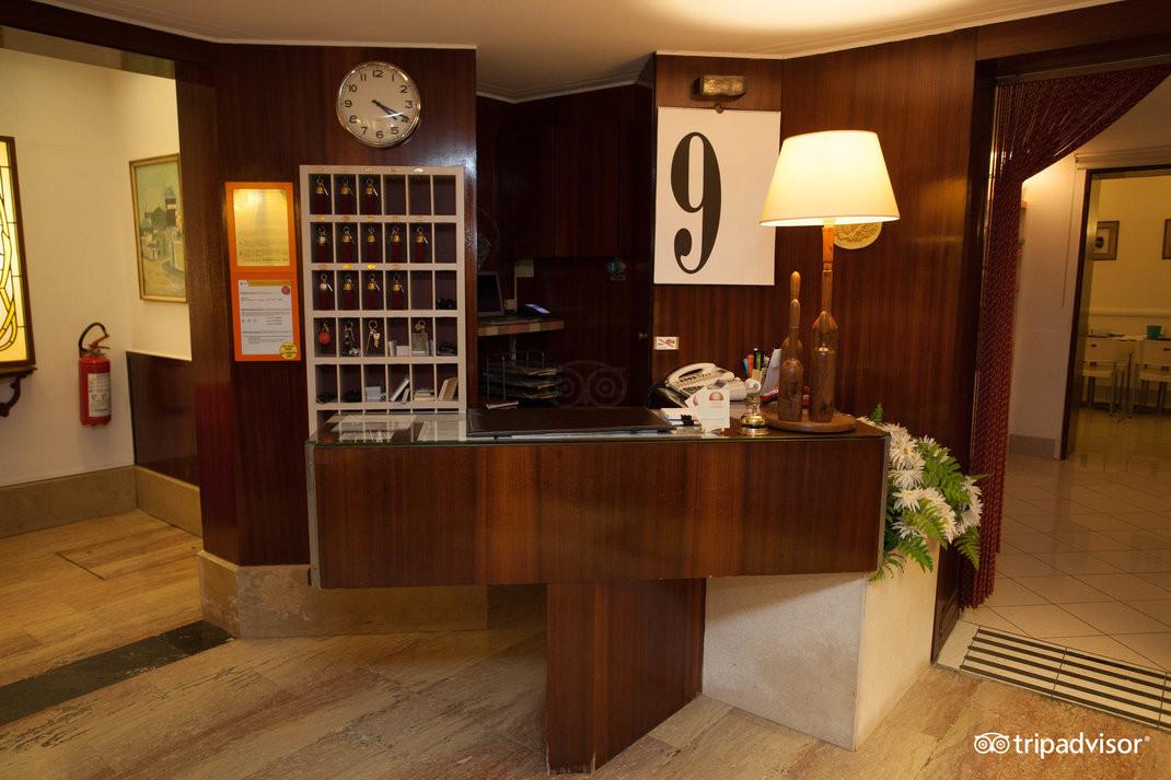 front-desk--v15050007.jpg
