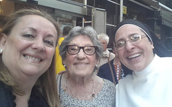 Sor Lucía Caram amb Josefina Martínez i M