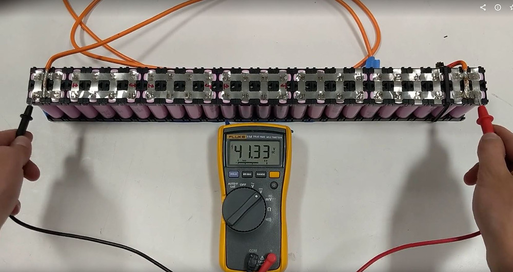 Using a multimeter to measure the output voltage of an 18650 lithium cell battery pack