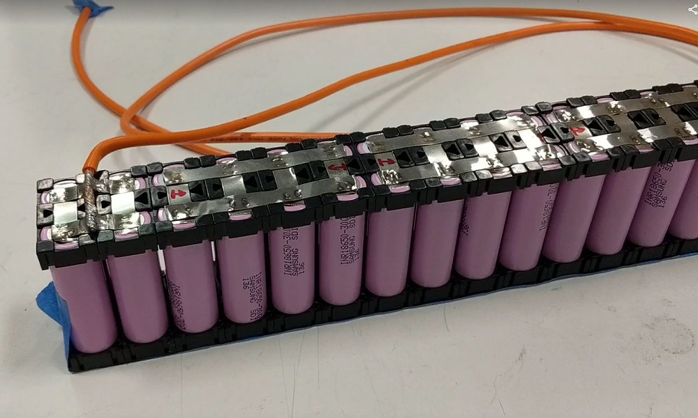 Silicone wire leads coming off of a battery pack made of 18650 lithium cells
