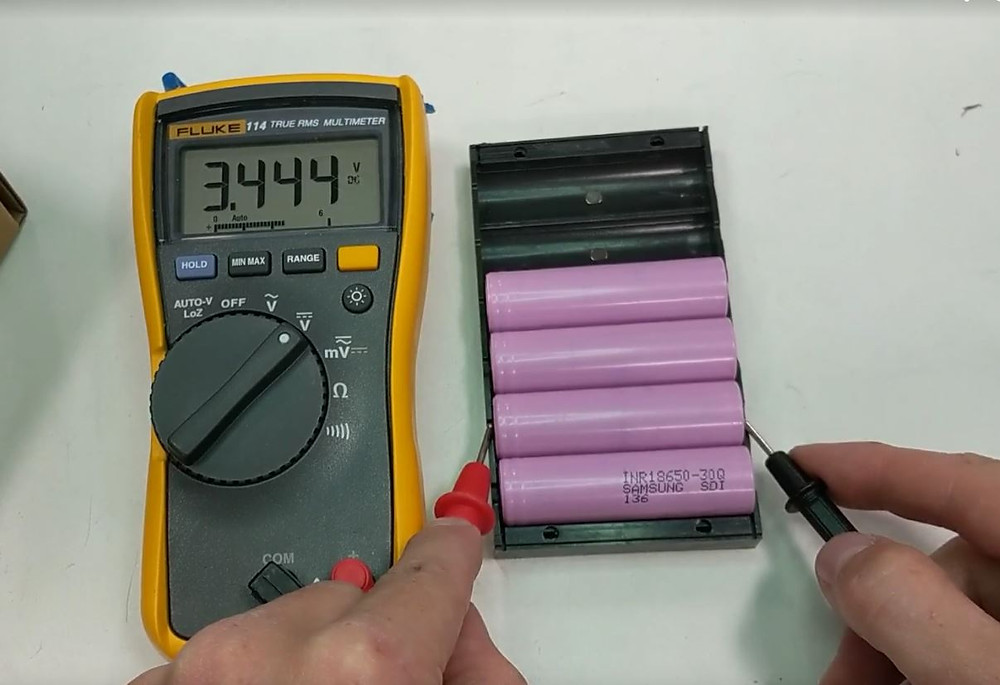 Using a multimeter to read the voltage of an 186500 lithium cell
