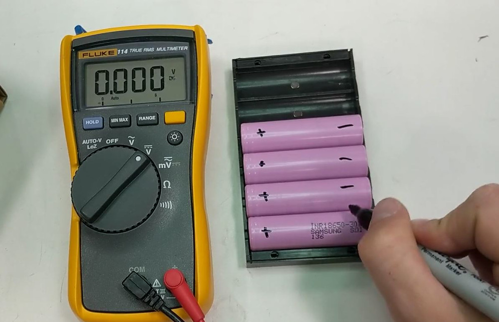 Marking the polarities of 18650 lithium battery cells for easy identification