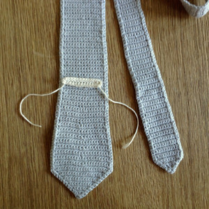construction of a crocheted skinny tie