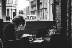 Una donna in un café londinese