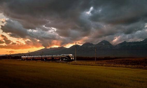 Leo_Express_-_Západ_slunce_v_Tatrách.jpg