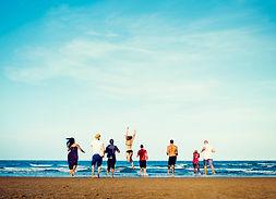 groupe-diversifie-amis-qui-courent-plage