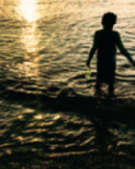 kid_in_water_close_up_photography-scopio