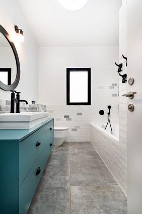 Main Bathroom 01.JPG