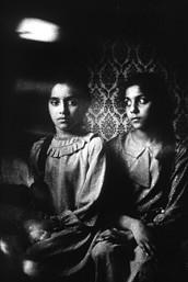 Duas meninas de uma comunidade mussulmana em um suburbio da cidade de Londres.