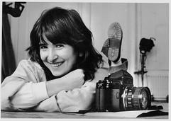 Nessa foto de Robin Grierson o registro da felicidade de uma jovem fotógrafa cheia de sonhos, realizada no estúdio do Royal College of Arts_